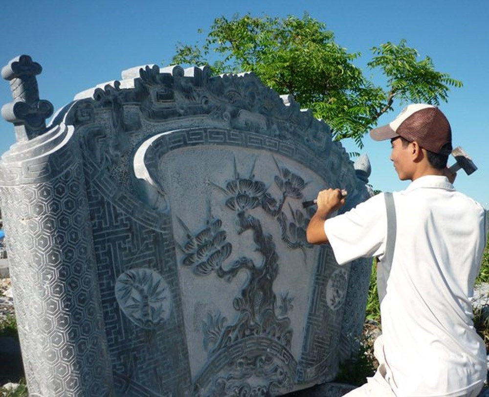 Tourists flock to stone carving village