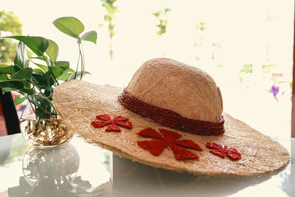 Vietnamese student turns coconut coir into hats